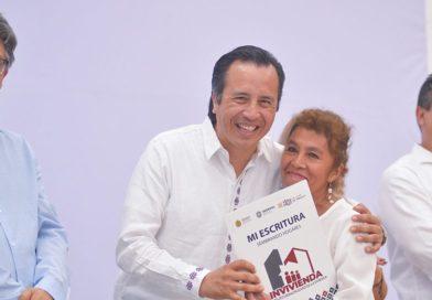 Gobernador Cuitláhuac García hace justicia a veracruzanos, entrega escrituras a familias